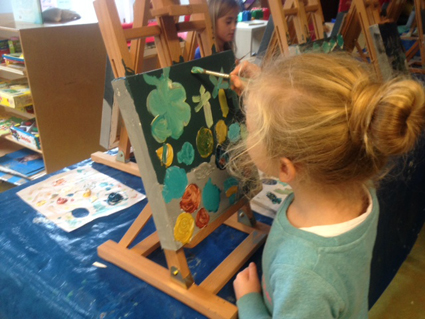 Juliettewerkt kunst in de klas Agatha Snellen